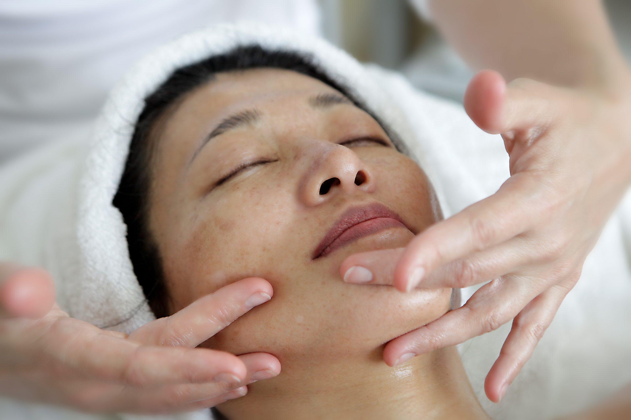 Réveillez votre peau  avec les automassages du visage
